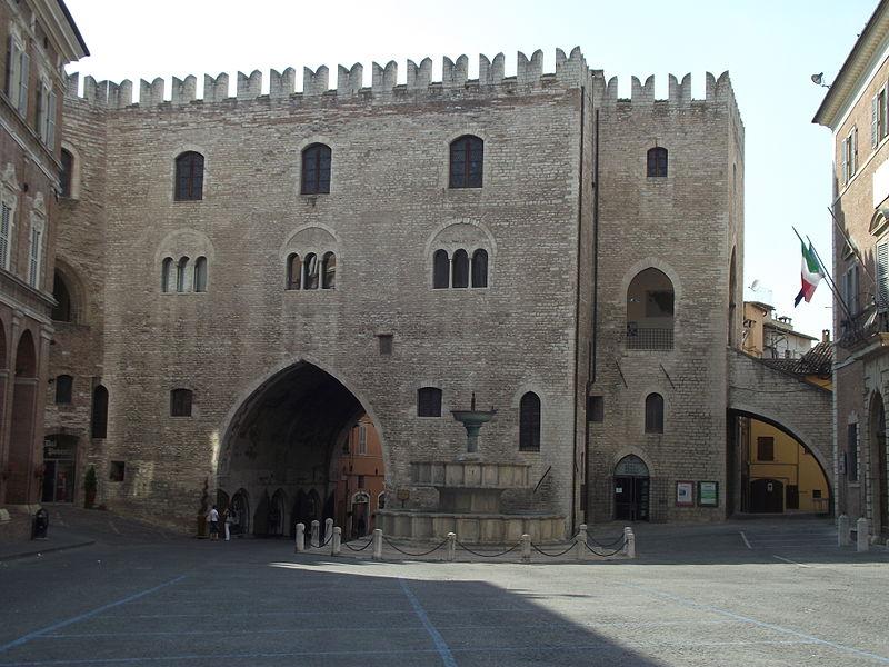 Fabriano- Piazza_Comune_Palazzo_Podestà