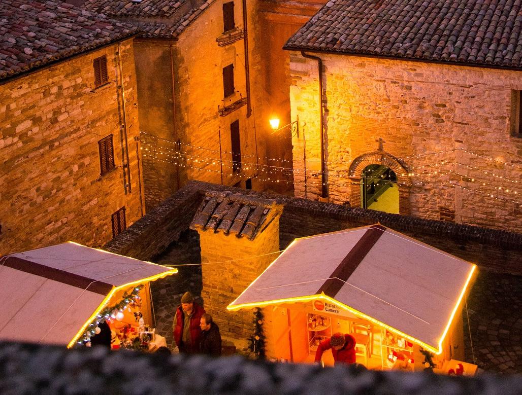 Magica atmosfera nel Castello di Babbo Natale a Frontone (PU)