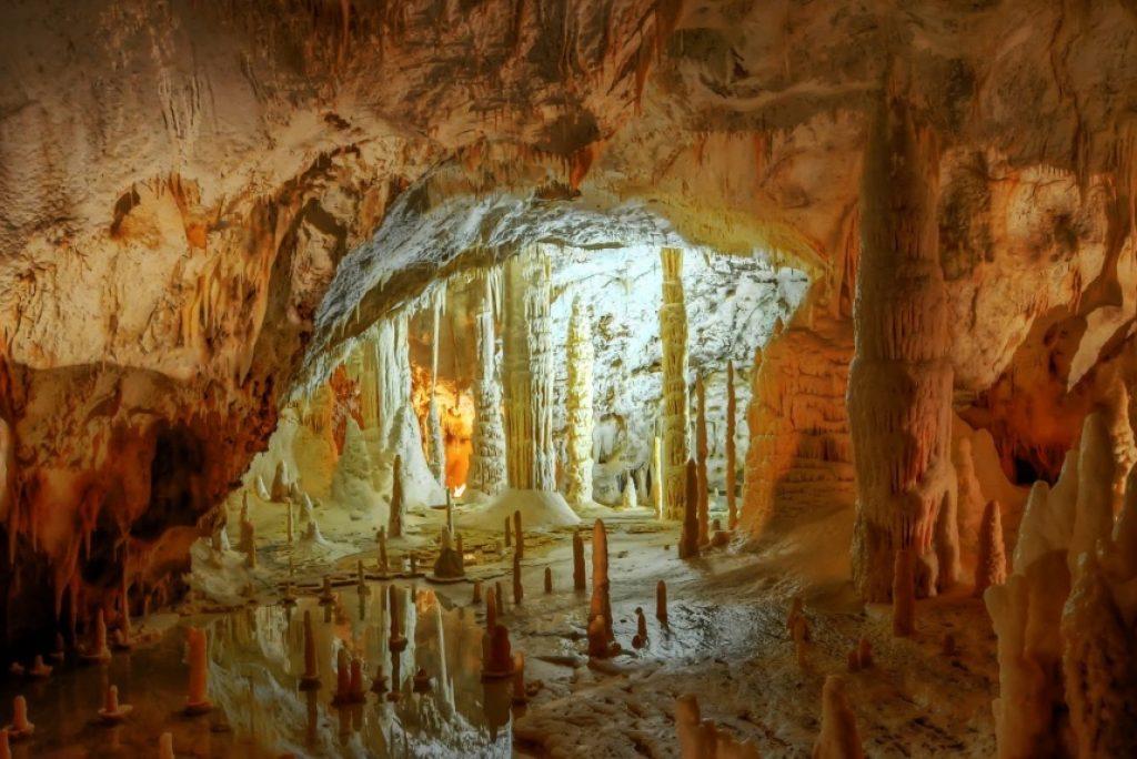 Wie wurden die Grotten von Frasassi entdeckt?