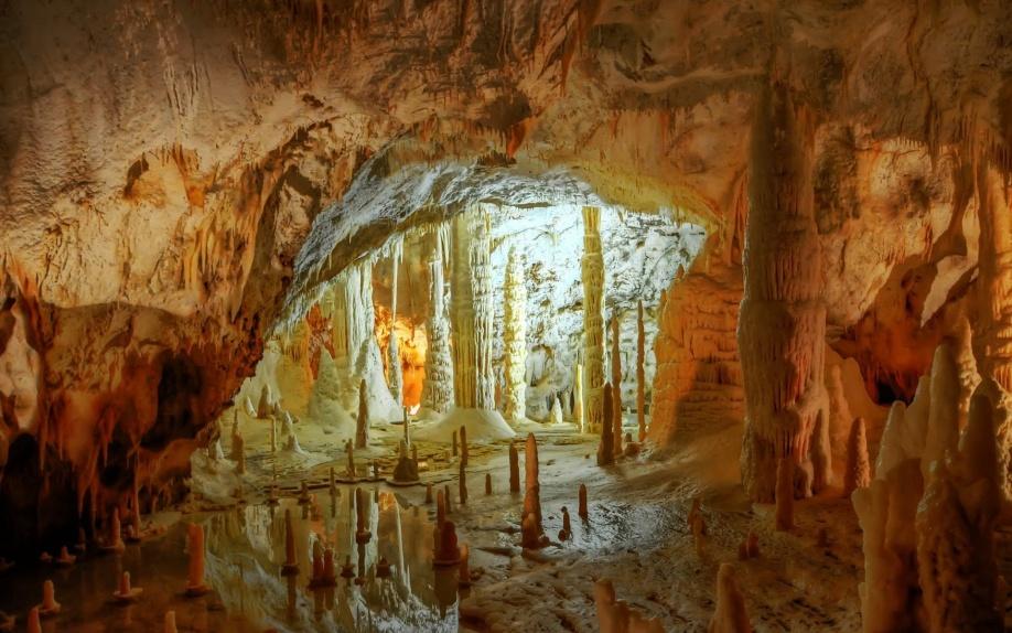 Come furono scoperte le Grotte di Frasassi?