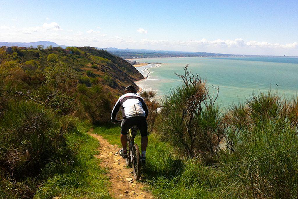Uno spettacolare percorso in e-bike nelle Marche: pedalando da Gabicce Mare, avventurati nella magia del  Parco del San Bartolo e scopri le tappe piu' belle
