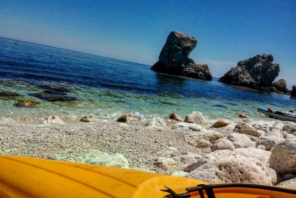 Gita in canoa alla scoperta delle incantevoli spiagge della Riviera del Conero: vi consigliamo un semplice giro con partenza da Portonovo