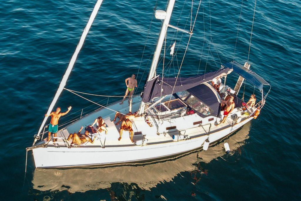 In barca a vela per la costa delle Marche: un itinerario consigliato