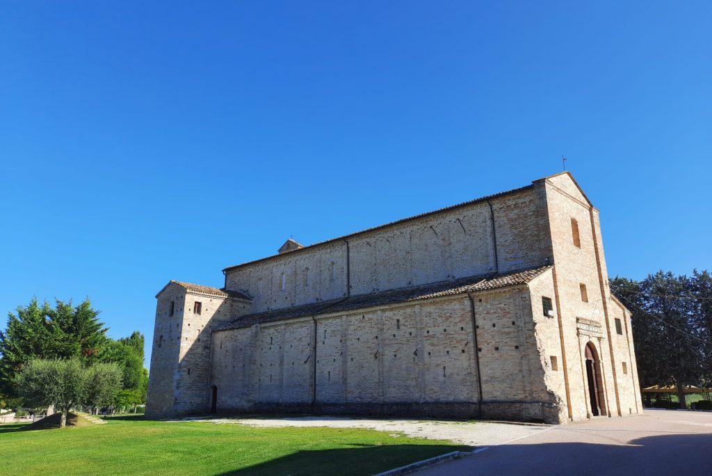 Affreschi e simboli enigmatici a Santa Maria a Piè di Chienti: arte e mistero in una delle chiese antiche più importanti delle Marche