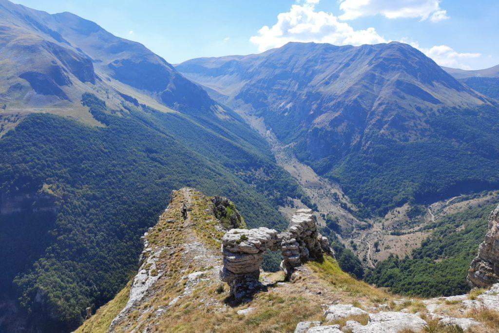 Una delle escursioni più affascinati e misteriose nel cuore dei Sibillini: dall'eremo di San Leonardo verso il Tempio della Sibilla
