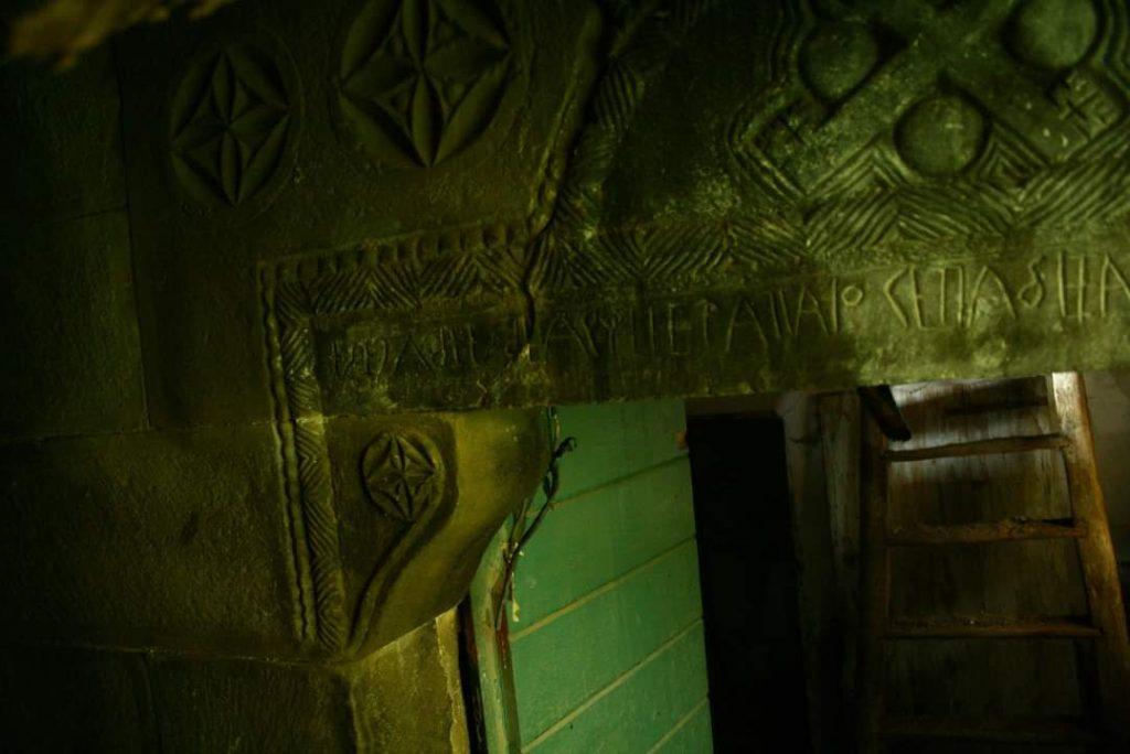 Ghost Trekking nelle Marche: alla scoperta di Cossinino, borgo fantasma che nasconde un'antica e misteriosa epigrafe